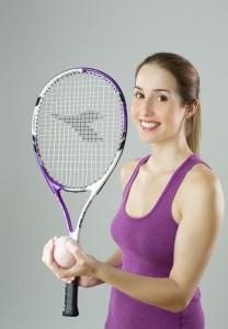 Mujer tenista sonriendo. Bonomédico.
