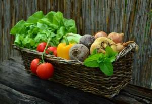 Vegetales y frutas en la cesta de mimbre. Bonomédico.